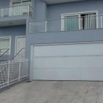 Porta basculante articulada - Basculante MagicDoor vence vão de 9m de garagem.